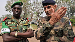 The commander of France's Sangaris force, Francisco Soriano (R) with Burindian Brigadier Général  Athanase Kararuza in Bangui 2014