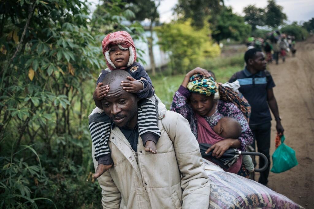 Des déplacés internes fuient le site d'une attaque attribuée aux rebelles ADF à Halungupa, près de Beni, en février 2020.