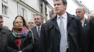 Manuel Valls et Christiane Taubira, le 13 mai 2013 à Lyon lors d'une visite dans un squat occupé par des Roms, dans lequel s'était alors déclaré un incendie.