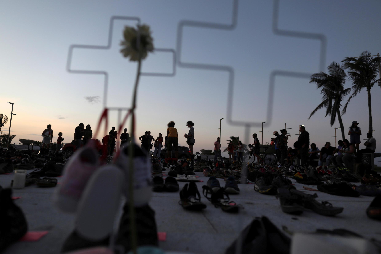 El 1° de junio, cientos se reunieron en frente del Capitolio de San Juan para conmemorar a las víctimas del huracán.