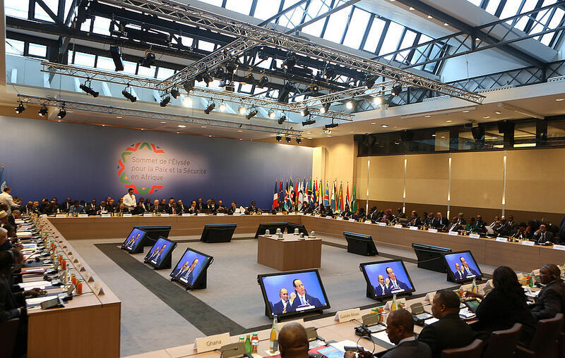Les délégations, présentes lors du sommet France-Afrique, réunies en session de travail au Centre de conférences ministériel à Paris, le 7 décembre 2013.