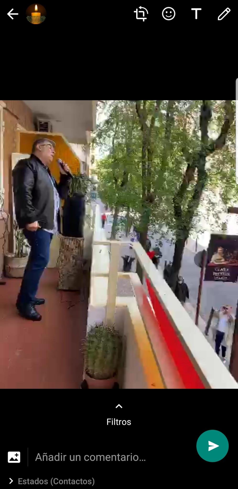 Gustavo, el balconero de Valdemoro, canta desde su balcón todas las noches despuéx de los aplausos al personal sanitario.