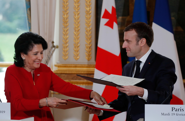 Президенты Франции и Грузии Эмманюэль Макрон и Саломе Зурабишвили подписали декларацию о сотрудничестве имени Дмитрия Амилахвари. (архивное фото 2019 г.)