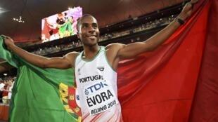 Nélson Évora alcançou a medalha de bronze na prova do triplo salto nos Mundiais que decorrem em Pequim, na China.