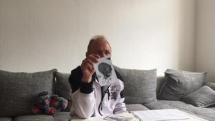 À Leipzig, Andreas Laake brandit la photo de son fils, alors nouveau-né, qui lui a été enlevé en 1984 par le régime de la RDA.
