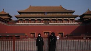 Agentes de segurança diante da Cidade Proibida, fechada por medida de precaução em Pequim.