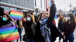 Estudiantes caminan con banderas arcoíris durante una concentración en solidaridad con los estudiantes de la Universidad de Bogazici que protestan contra el nombramiento de Melih Bulu como nuevo rector de la universidad, en Ankara, Turquía 2 de febrero de 2021. REUTERS/Stringer
