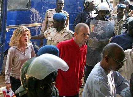 Arche de Zoé members Eric Breteau (C) and Emilie Lelouch (L) at their trial in N'djamena in 2007