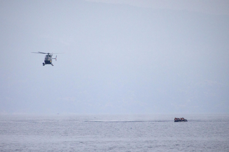 Un hélicoptère de Frontex survole un canot transportant des migrants vers l'île grecque de Lesbos, le 28 septembre 2015.