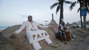 Estátua de areia do papa Francisco na praia de Copacabana, no Rio de Janeiro.