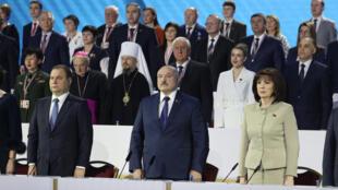 Alexander Lukashenko (centro) preside la apertura de la asamblea de partidarios del régimen bielorruso, el 11 de febrero de 2021 en Minsk