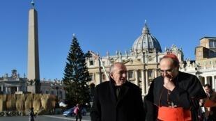 Кардинал Барбарен (справа)  — важная фигура в жизни Лиона: на фото —  вместе с тогдашним мэром (а ныне главой МВД Франции) Жераром Коллоном в Ватикане, 30 ноября 2016.