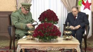 Presidente argelino Abdelaziz Bouteflika em encontro com o chefe do Estado-Maior, Ahmed Gaïd Salah, em 11 de março de 2019.