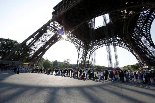 La Tour Eiffel, l'un des monuments touristiques de la ville de Paris les plus visités au monde.