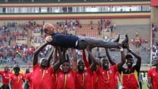 Wachezaji wa Uganda cranes wakishangilia huku wakiwa wamembeba Kocha wao Sebastien Desabre baada ya kuishinda cape Verde bao 1-0, Novemba 17, 2018