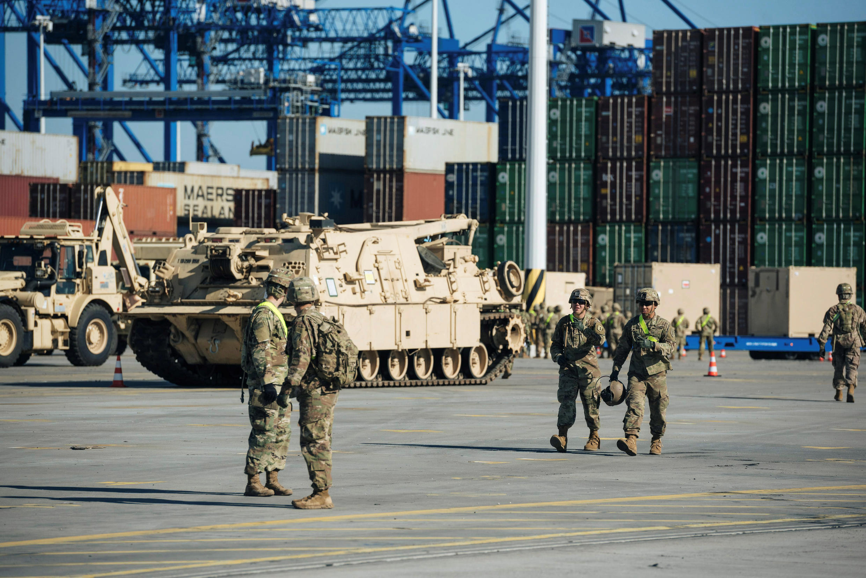 Binh sĩ và thiết bị quân sự NATO tới cảng Gdansk, Ba Lan, ngày 13/09/2017