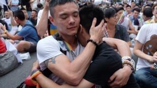 Centenas de defensores do casamento homossexual reunidos em frente ao Parlamento comemoraram o anúncio da decisão da Corte Constitucional.