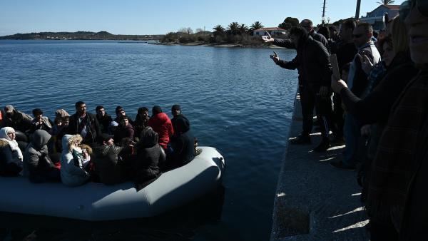 Des résidents de Lesbos tentaient d'empêcher des migrants de débarquer sur l'île. La Grèce a déclaré dimanche qu'elle avait bloqué près de 10 000 migrants à sa frontière avec la Turquie a ouvert les portes de l'Europe aux migrants.
