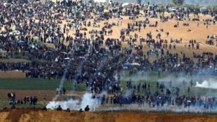 Dubban Falasdinawan da ke zanga-zanga a kan iyakar Isra'ila da zirin Gaza.
