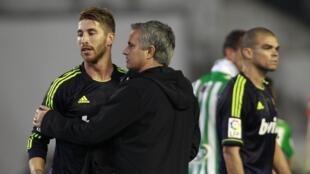 Kocin Real Madrid  Jose Mourinho yana lallashin Sergio Ramos bayan sun sha kashi ci 1-0 a gidan Real Betis