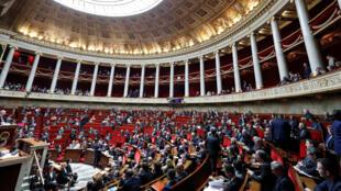 A la sortie de l'Assemblée nationale, ce mardi, des députés du camp de Nicolas Sarkozy ont affiché leur soutien à l'ex-chef d'Etat placé en garde à vue.