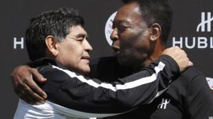 L'ancien footballeur argentin Diego Maradona (g) et l'ancien footballeur brésilien Pelé, au Palais Royal à Paris, le 9 juin 2016