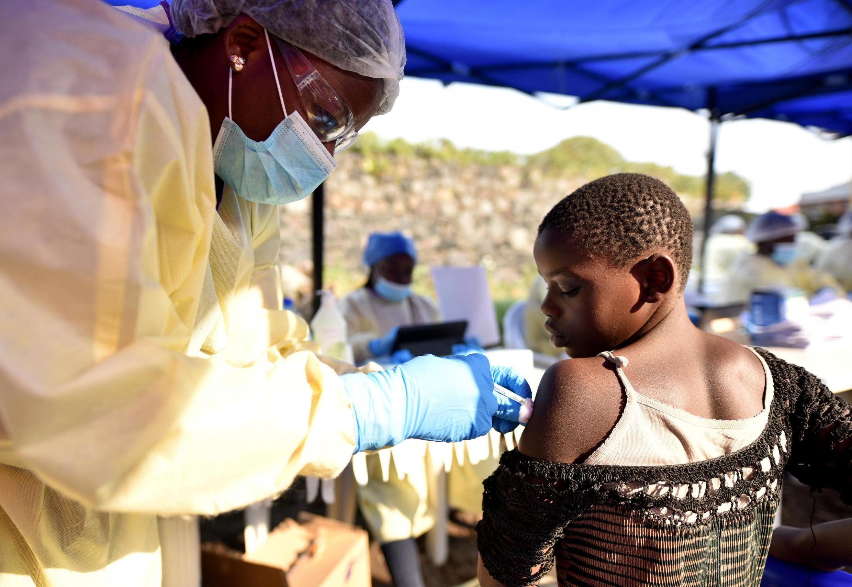 Vaccination d'un enfant contre Ebola dans le centre de soins d'Himbi à Goma, en RDC, le 17 juillet 2019.