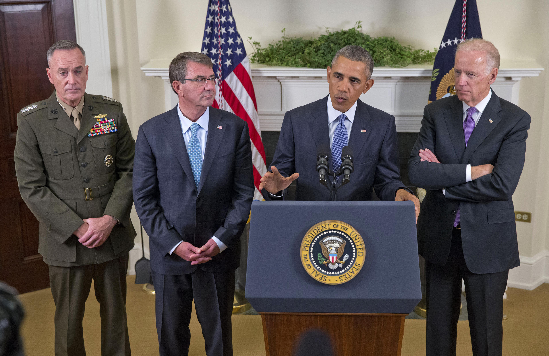 باراک اوباما رئیس جمهور سابق آمریکا، به همراه ژنرال جوزف دانفورد، رئیس ستاد مشترک آمریکا (از سمت چپ)، اَش کارتر وزیر دفاع و جو بایدن معاون رئیس جمهور، در مورد افغانستان صحبت می کند. پنجشنبه ، ۱۵ اکتبر ۲۰۱۵
