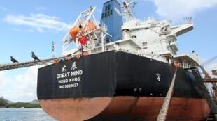 Một tàu Trung Quốc neo tại cảng Santos để chở đậu nành của Brazil, ngày 19/05/2015.