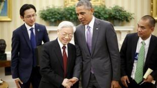 Tổng thống Mỹ Barack Obama (thứ 2 từ phải qua trái) và tổng bí thư  đảng Cộng Sản Việt Nam Nguyễn Phú Trọng trước giới báo chí sau cuộc họp tại Phòng Bầu Dục ở Nhà Trắng (Washington) ngày 07/07/2015. Ảnh tư liệu.