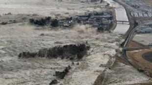 Le tsunami a détruit beaucoup d'infrastructures nécessaires au fonctionnement de l'internet local. 18 centraux téléphoniques de NTT ont disparu,  65 000 poteaux, 1,5 million de lignes fixes et 6300 km de câbles.  Photo : Passage du tsunami le 11/03/2011.