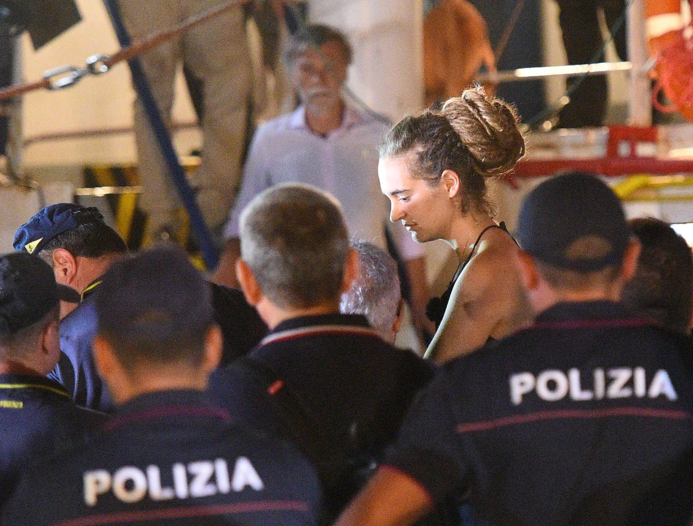 Momento da prisão da capitã alemã Carola Rackete, 31, no desembarque em Lampedusa, na Itália.