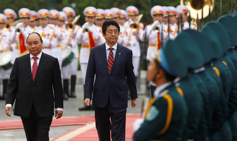 Thủ tướng Việt Nam Nguyễn Xuân Phúc (T) đón đồng nhiệm Nhật Bản Shinzo Abe, tại Hà Nội, ngày 16/01/2017