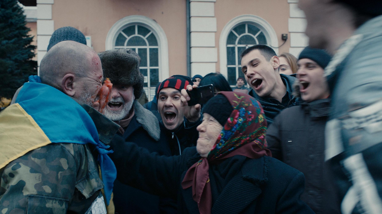 Сцена избиения волонтера в фильме «Донбасс»