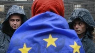Près de mille manifestants pro-européens ce lundi matin devant le siège du gouvernement ukrainien, au centre de Kiev.