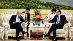 Le Premier ministre chinois Li Keqiang et le chef de la diplomatie française Jean-Yves Le Drian, lors d'une rencontre à Pékin, le 24 novembre 2017.