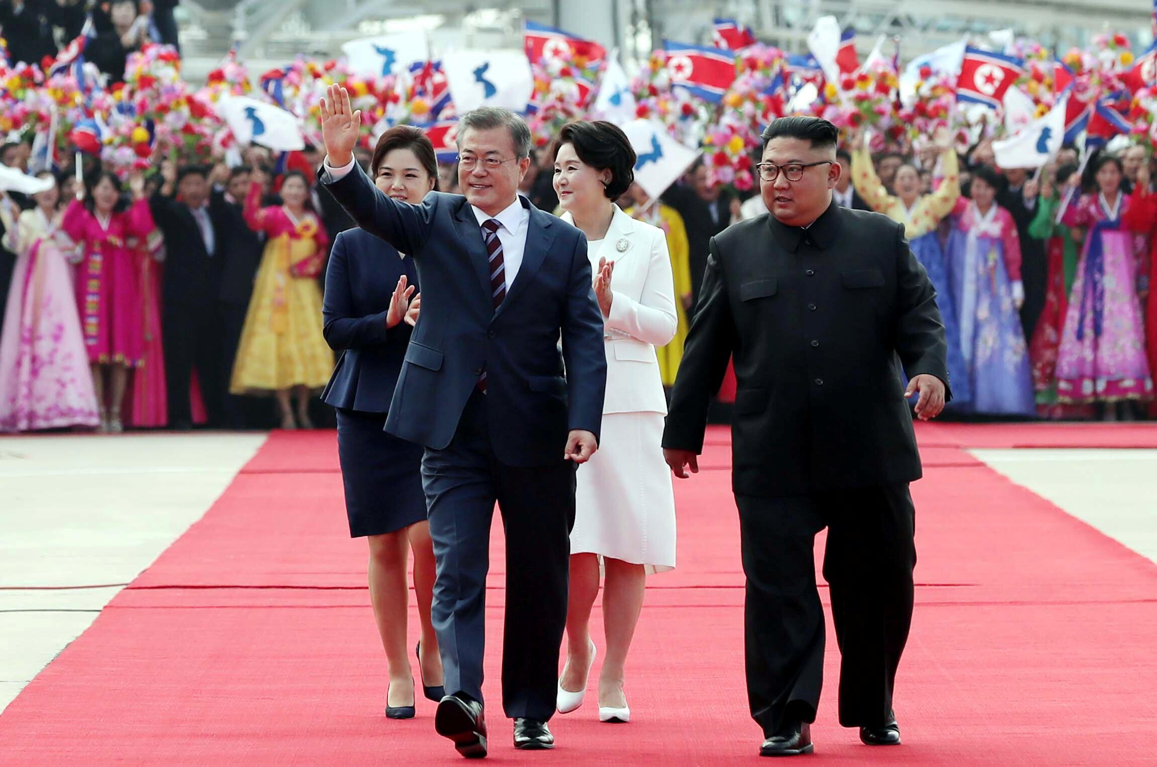 Tổng thống Hàn Quốc Moon Jae In (t) và phu nhân được lãnh đạo Bắc Triều Tiên Kim Jong Un cùng phu nhân và em gái Kim Yo Jong nghênh đón trọng thể tại Bình Nhưỡng (Bắc Triều Tiên) ngày 18/09/2018.