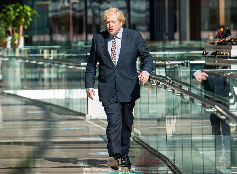 Boris Johnson visita un centro comercial para ver las medidas de seguridad implantadas de cara a su reapertura, el 14 de junio de 2020 al este de Londres