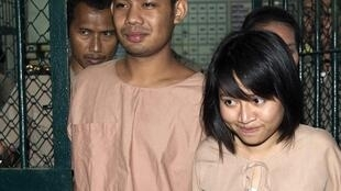 Hai diễn viên kịch Patiwat Saraiyaem và Porntip Mankong sau phiên xử ngày hôm nay 23/02/2015.