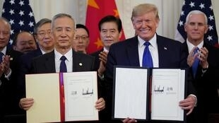 O presidente Donald Trump e o negociador chinês Liu He após a assinatura do acordo comercial entre os Estados Unidos e a China nesta quarta-feira, 15 de janeiro de 2020, em Washington.