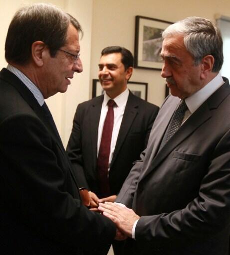 Les dirigeants chypriotes grec et turc, Nicos Anastasiades (g) et Mustafa Akinci, le 23 juin 2016.