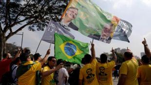 A l'aéroport Congonhas à Sao Paulo des «fans» attendaient le candidat Jair Bolsonaro qui s'est envolé pour Rio de Janeiro, ce samedi 29 septembre 2018.