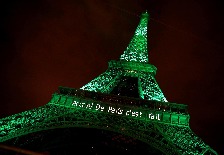 """Torre Eiffel iluminada de verde com a frase """"O Acordo de Paris foi feito""""para celebrar a assinatura do acordo na COP 21"""