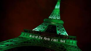 La tour Eiffel illuminée de vert au lendemain de la signature de l'accord sur le climat à Paris, le 4 novembre 2016.