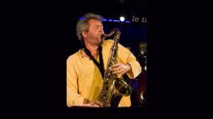 Laurent Dehors en concert en région parisienne, en décembre 2007.