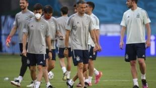 Luis Enrique au milieu de ses joueurs lors du dernier entraînement de l'Espagne à Séville le 13 juin 2021 à la veille de son premier match de l'Euro contre la Suède
