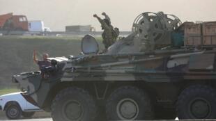 Un soldat azerbaïdjanais conduit un transporteur blindé à Bakou, en Azerbaïdjan, le 27 septembre 2020.