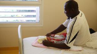 Un père comorien avec sa fille, née à la maternité de Mamoudzou, à Mayotte (image d'illustration).