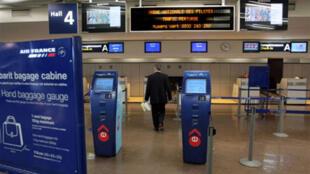 Área de check-in da Air France praticamente deserta no Aeroporto Internacional Charles de Gaulle, em Roissy, na região parisiense.