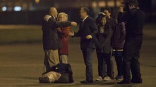 Kenneth Bae (photo) et Matthew Todd Miller sont arrivés sur la base de l'US Air Force  de Fort Lewis près de Washington dans la nuit du 8 au 9 novembre, après avoir été libérés par la Corée du Nord où ils purgeaient une peine de prison.
